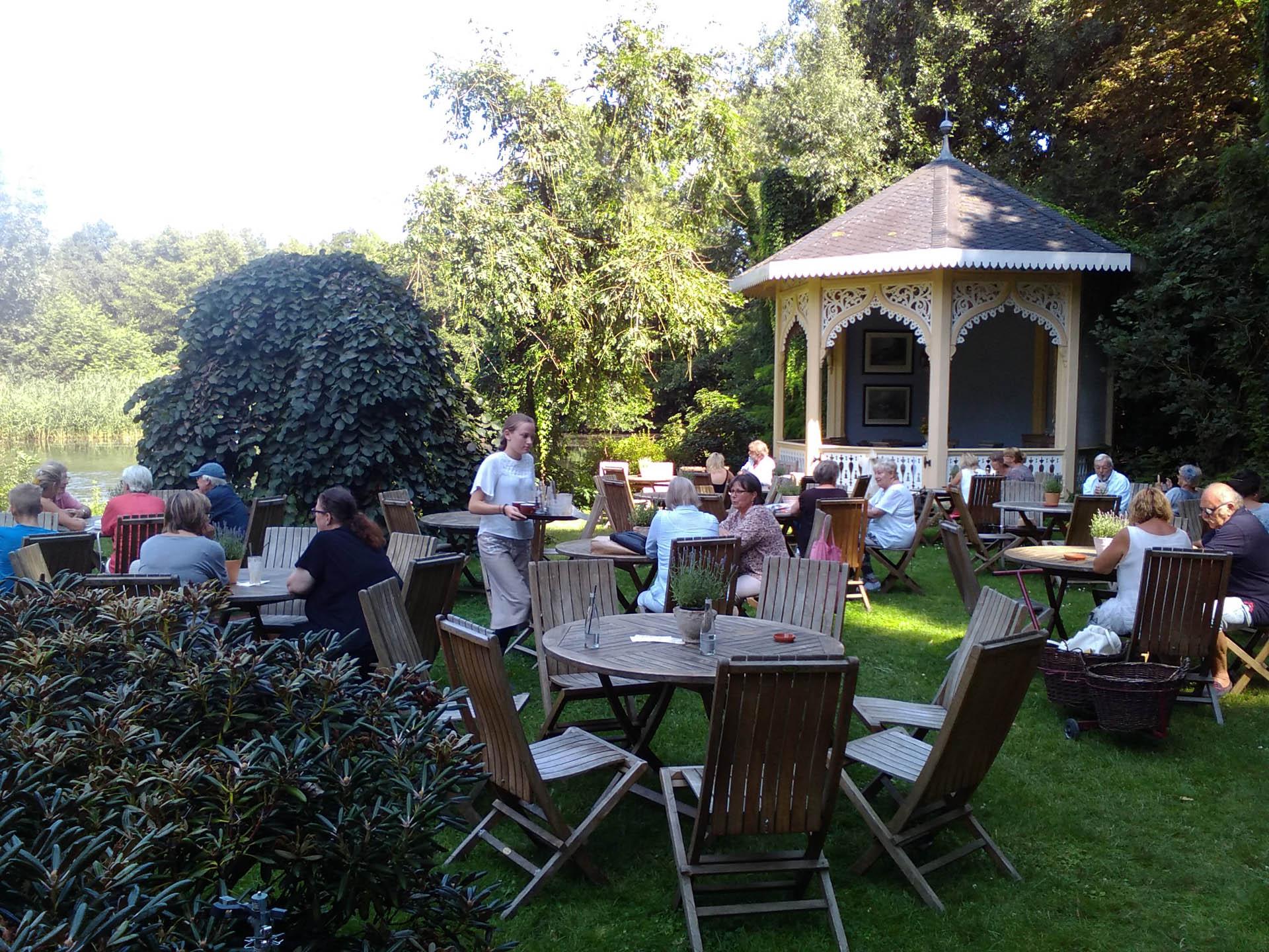Gartenpavillon und Sitzplätze im Sommer