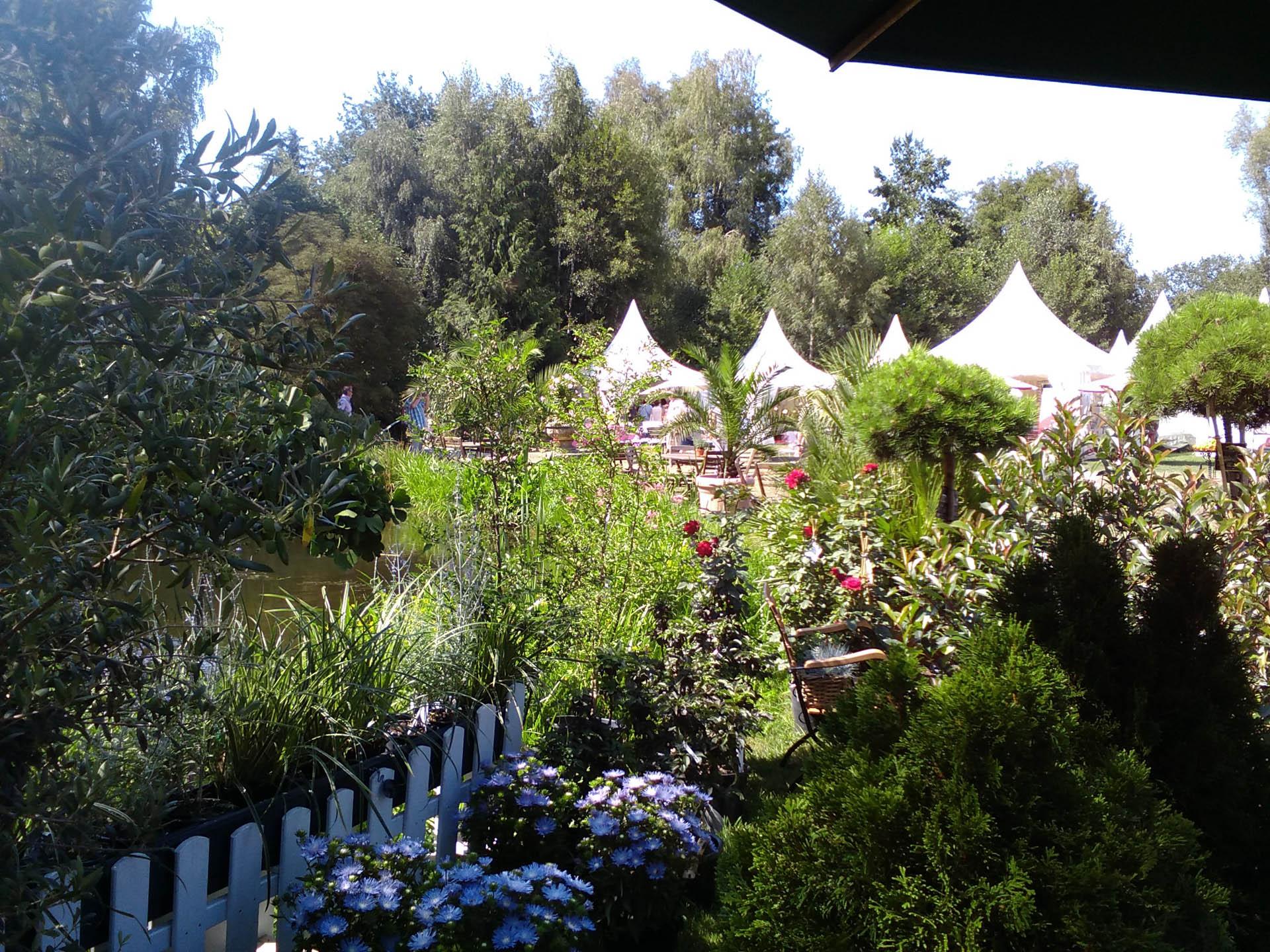 Blick über einen Garten mit Pagoden und blühenden Pflanzen
